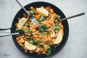 Reispfanne in gusseisernem Teller