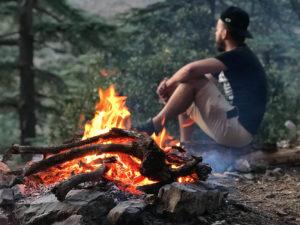 Mensch mit Feuer im Vordergrund
