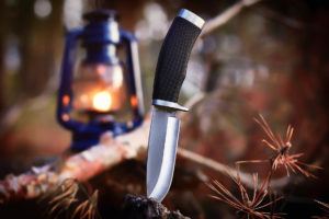 Messer mit Lampe im Hintergrund