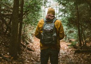 BushcraftMen mit Rucksack im Wald